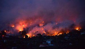 mamme e bambini morti abbracciati nell'incendio di Atene