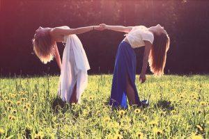 ragazze coi capelli al vento